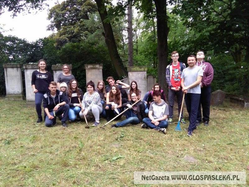 Porządki na cmentarzu żydowskim.