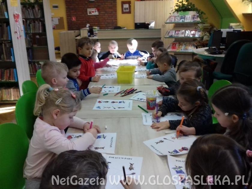 Przedszkolaki na lekcji bibliotecznej
