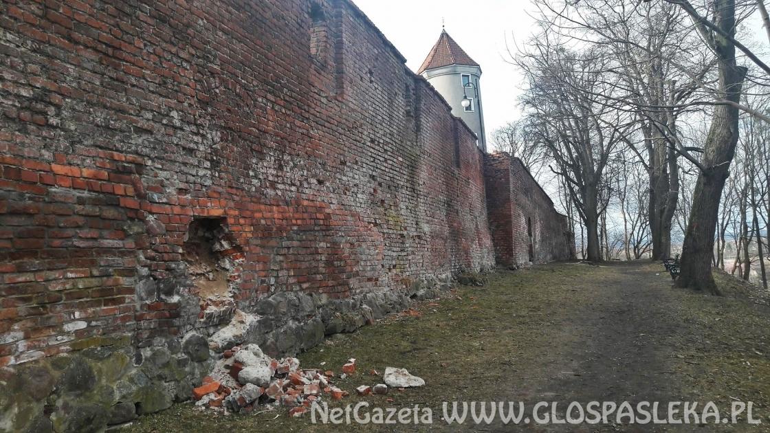 A mury nadal się sypią
