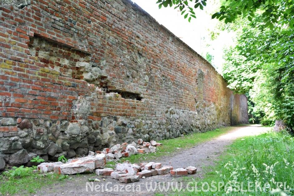 Nowe pęknięcia w murach
