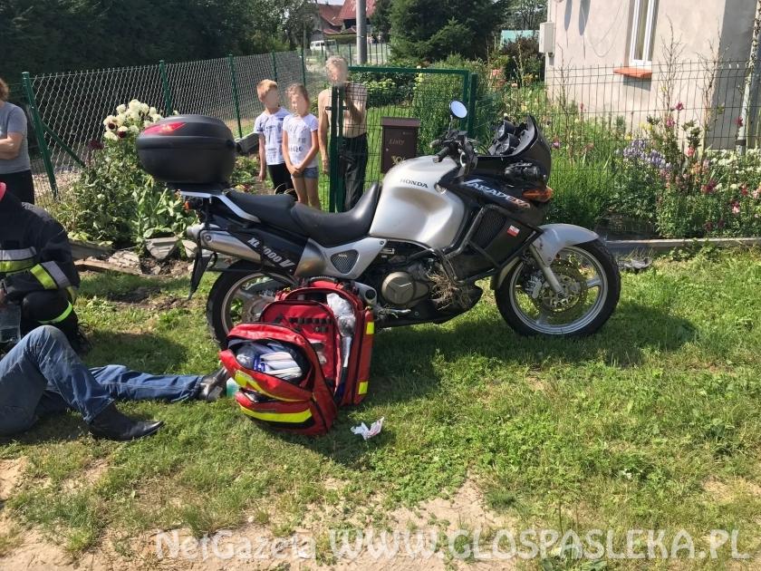 Motocyklem uderzył w skręcający samochód
