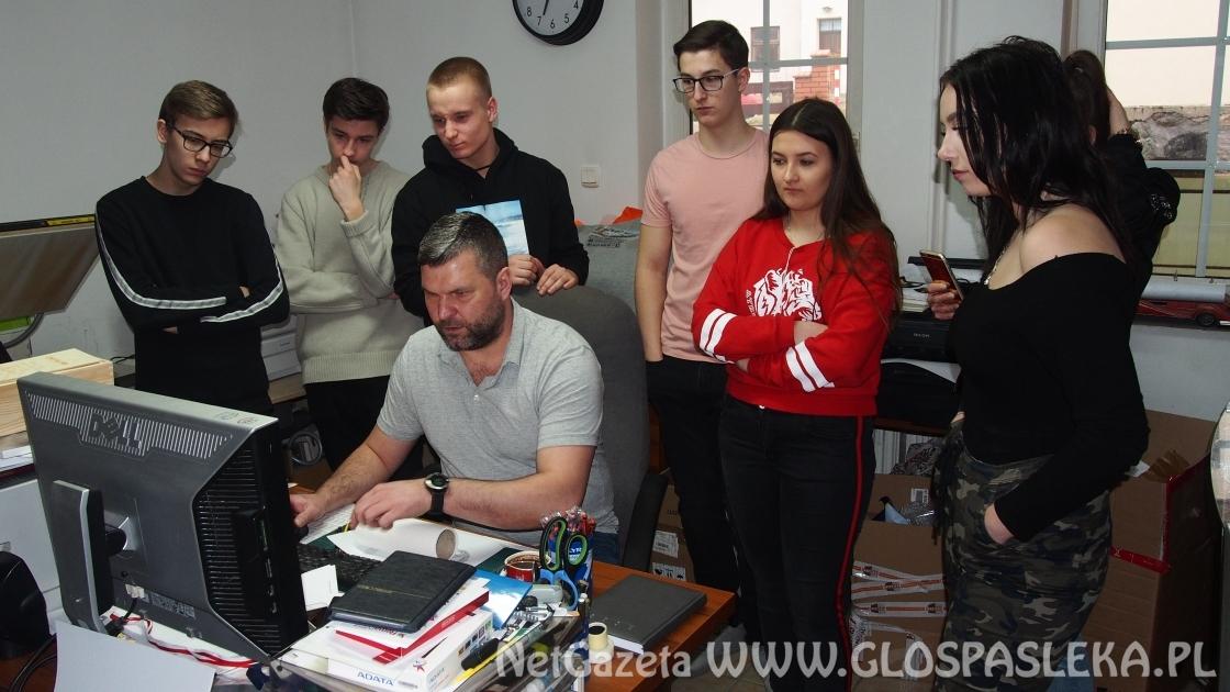 Uczniowie TOR przy ZS w Pasłęku w agencji reklamowej Paki PRINTS