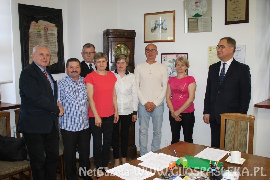 Podpisanie umowy na budowę budynku świetlicy wiejskiej w Sałkowicach
