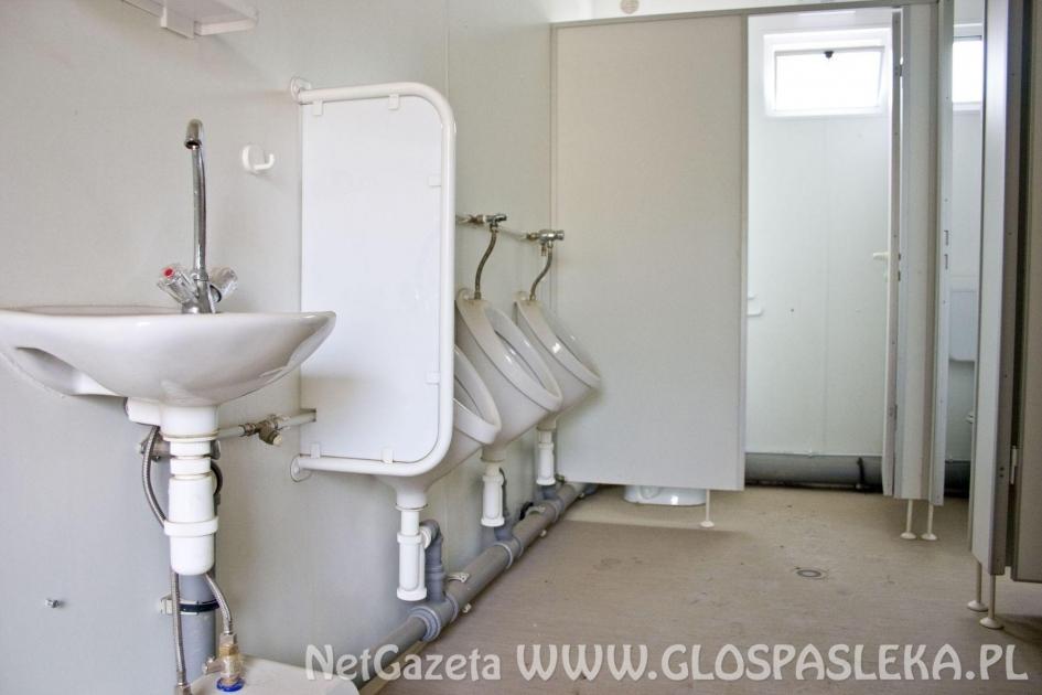 Kontener sanitarny na przełomie lipca i sierpnia