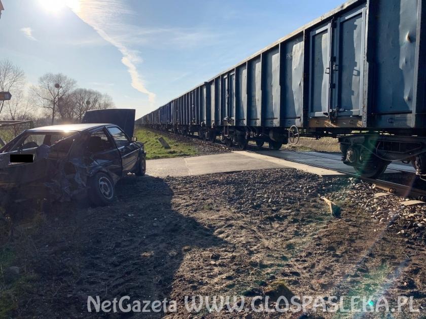 Kolizja samochodu VW z pociągiem