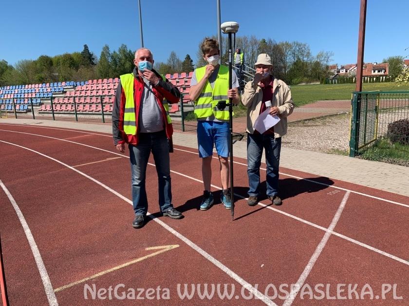 Geodeci pomogli w wytyczeniu boisk
