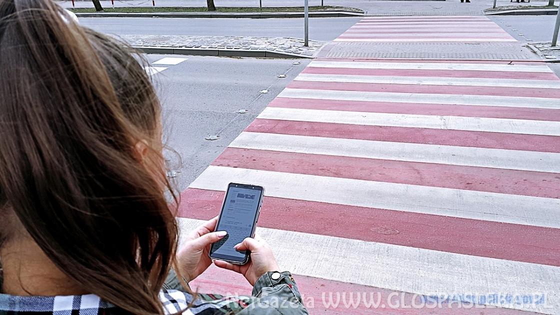 Przed przejściem chowamy telefon i włączamy myślenie. Policja apeluje o rozsądek
