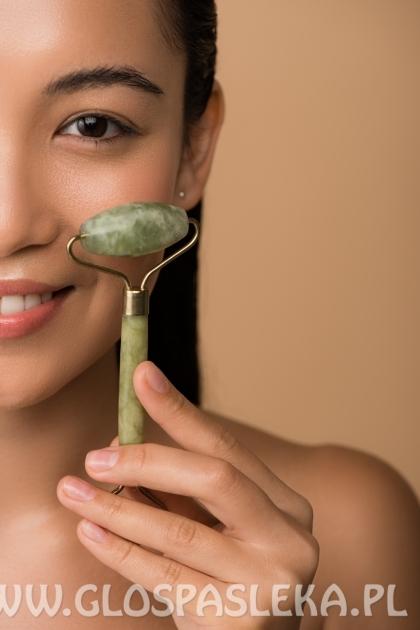 Roller do twarzy – czym jest i dlaczego warto wykonać nim domowy masaż?